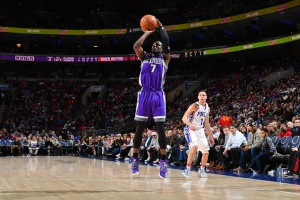 PHILADELPHIA,PA - JANUARY 30 : Darren Collison #7 of the Sacramento Kings shoots the ball against the Philadelphia 76ers  at Wells Fargo Center on January 30, 2017 in Philadelphia, Pennsylvania NOTE TO USER: User expressly acknowledges and agrees that, by downloading and/or using this Photograph, user is consenting to the terms and conditions of the Getty Images License Agreement. Mandatory Copyright Notice: Copyright 2016 NBAE (Photo by Jesse D. Garrabrant/NBAE via Getty Images)